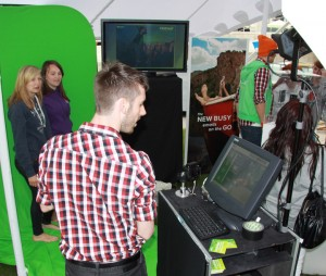 Green screen photographers with customers: how does a green screen work?